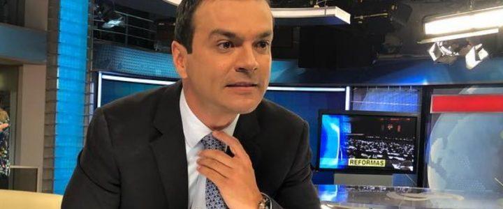 ¡Solo le pasa a él! Pillan a Juan Diego Alvira 'rajando' del entrevistado en pleno noticiero