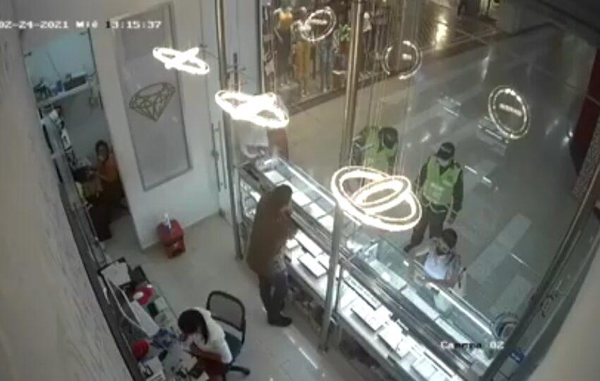Vestidos de Policía robaron joyería en Barranquilla.
