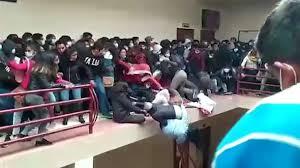 Mueren varios estudiantes al caer de un quinto piso en la Universidad donde estudiaban.