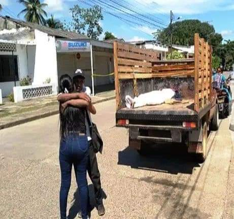 Padre transportaba el cadáver de su hijo asesinado en un viejo camión de estacas.