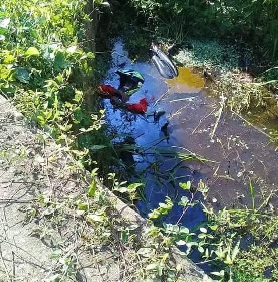 Motociclista cayó en una laguna junto a su vehículo.