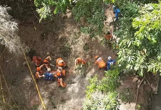 Autoridades rescatan cuerpo de madre suicida en Ibagué.
